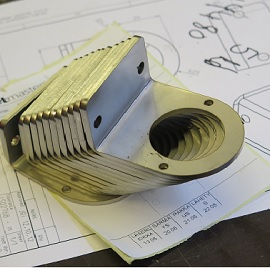 Metalliosa, joka on laserleikattu ja särmätty