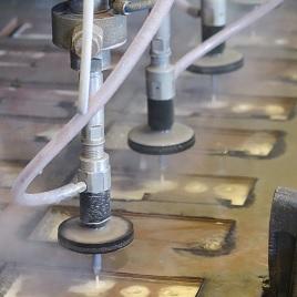 Metalin vesileikkausta abrasiivikoneella